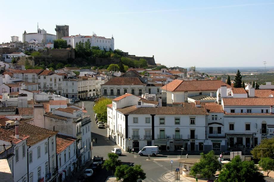 Évora, Estremoz mais parece uma vila encantada com casinhas brancas que se estendem pela serra