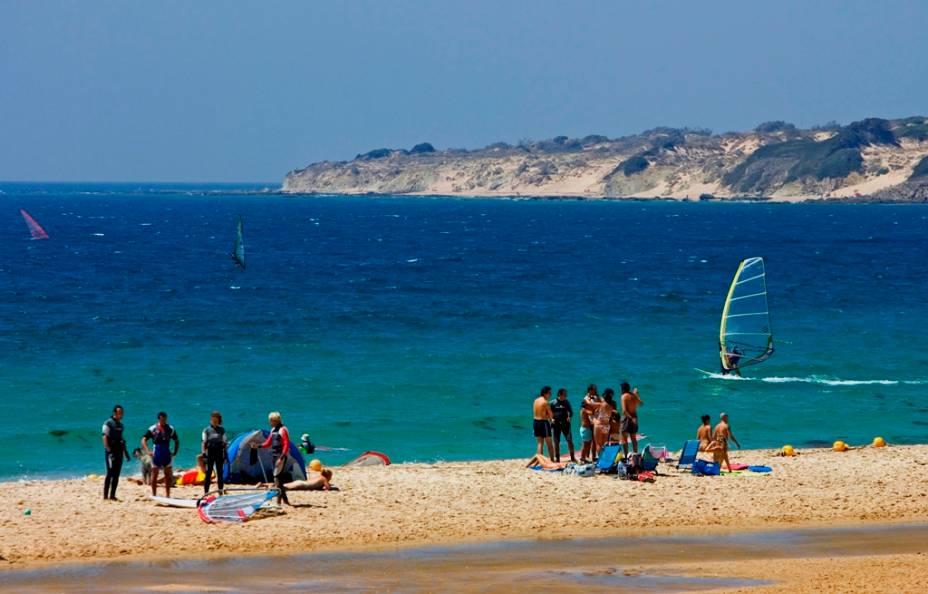 A menos de vinte quilômetros da África, Tarifa é a capital europeia do windsurf e kitesurf.  Empurrado pelo forte vento Levante que desagua no Estreito de Gibraltar.
