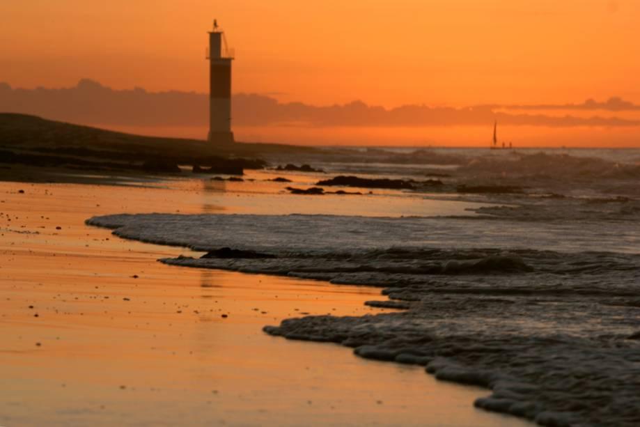 Galinhos fica a 163 km de Natal.  Na praia há mar de um lado, rio do outro e dunas, um farol e uma vila de pescadores no meio.