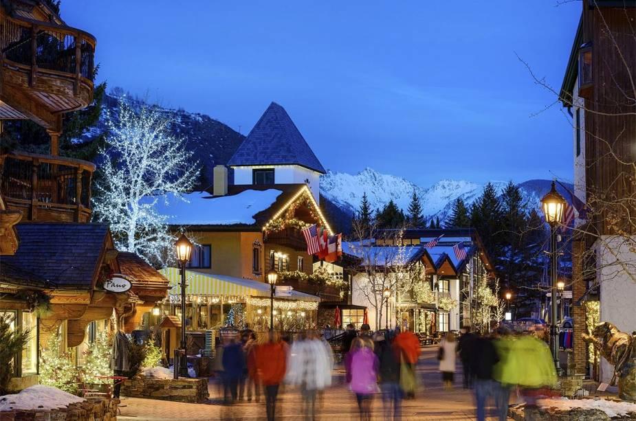Rua tranquila em Vail que reúne entusiastas de esportes de esqui e neve no inverno no hemisfério norte