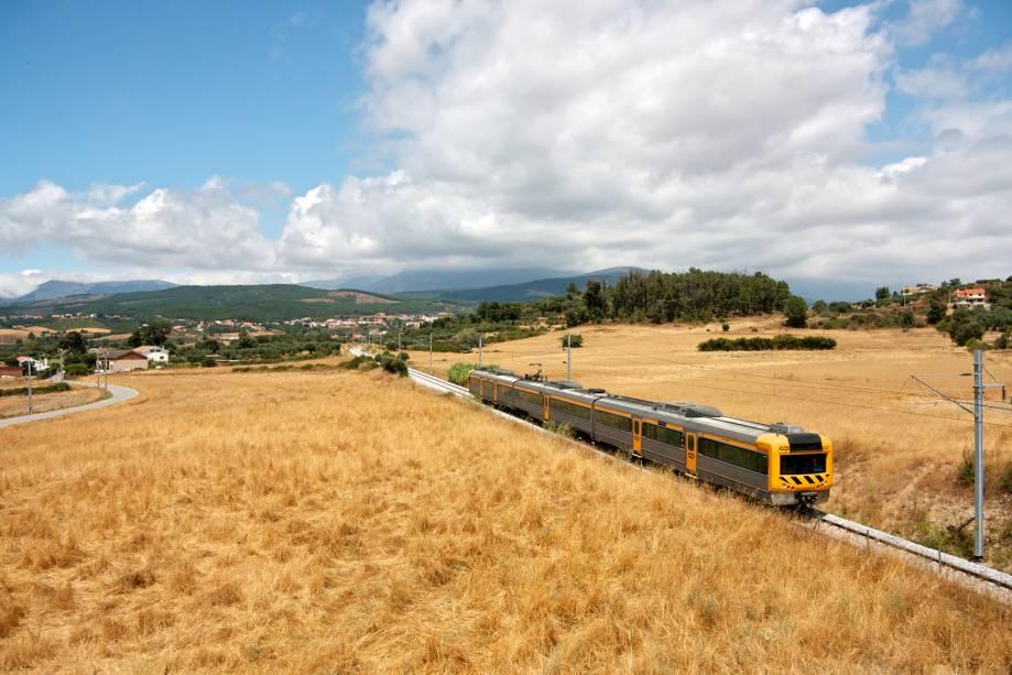 O comboio parte da Covilhã, uma das cidades-base para explorar a Serra da Estrela
