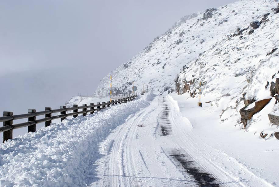 No inverno, a neve invade a terra e cobre as estradas.  É bom ficar de olho nas notícias