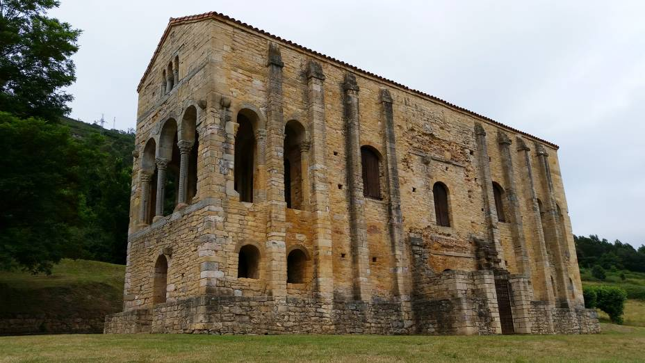 A Igreja de Santa María del Naranco está localizada a três quilômetros de Oviedo