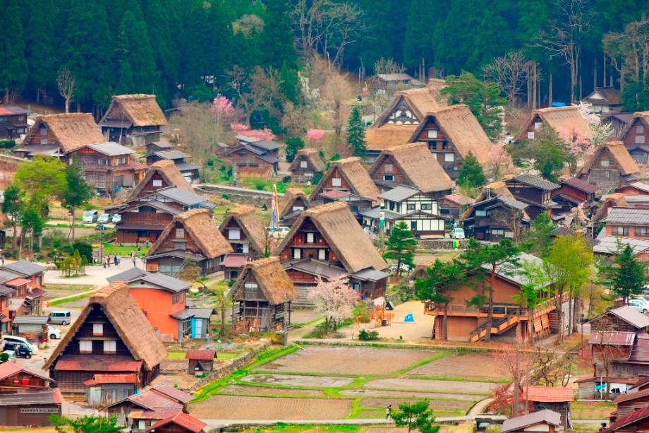 O vilarejo de Shirakawago, na província de Gifu, foi declarado Patrimônio Mundial pela UNESCO