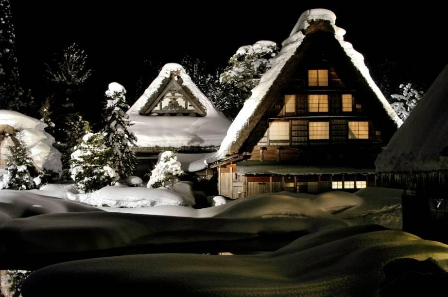 Gasshô significa a posição das mãos orantes em japonês, uma forma tosca dos telhados das casas construídas neste estilo.  Muitas dessas casas agora abrigam museus e pousadas