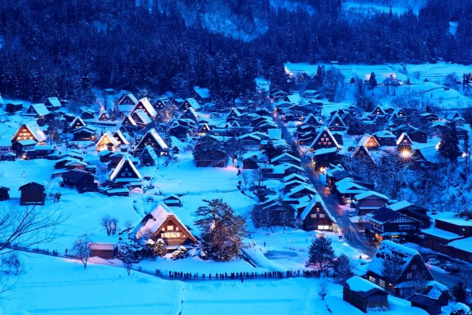 Durante séculos, as vilas em estilo gassho foram isoladas do resto do Japão no inverno.  Hoje, caminhões e tratores limpam regularmente a neve das estradas