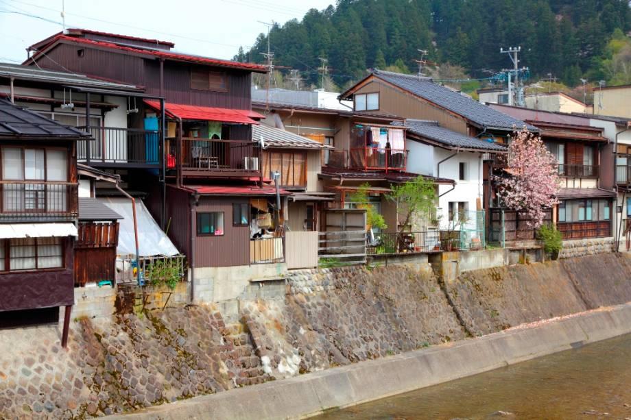 Detalhe das casas de Takayama.  Por séculos, a cidade esteve sob o domínio direto do xogunato Tokugawa devido às suas ricas reservas de madeira e fábricas de pólvora.
