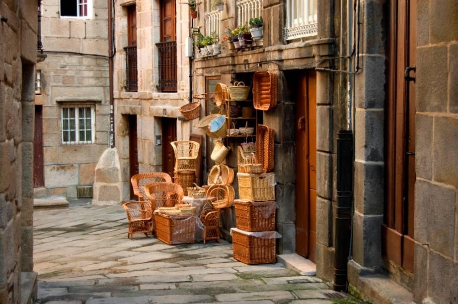 Uma das melhores maneiras de conhecer Vigo é se perder nas ruas, diante de simpáticos estabelecimentos comerciais e grandes descobertas gastronômicas como os inúmeros bares e restaurantes excelentes que servem deliciosos frutos do mar.