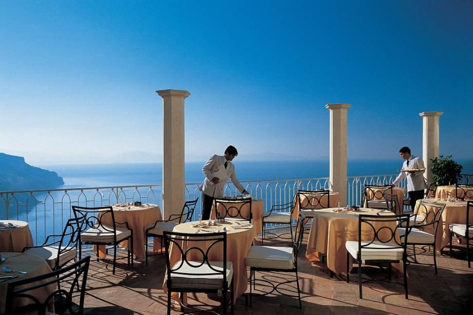Restaurante do Hotel Caruso em Ravello na Costa Amalfitana.  A pequena cidade está localizada no topo da montanha e oferece um belo panorama, adornado com jardins de flores e bustos de pedra.