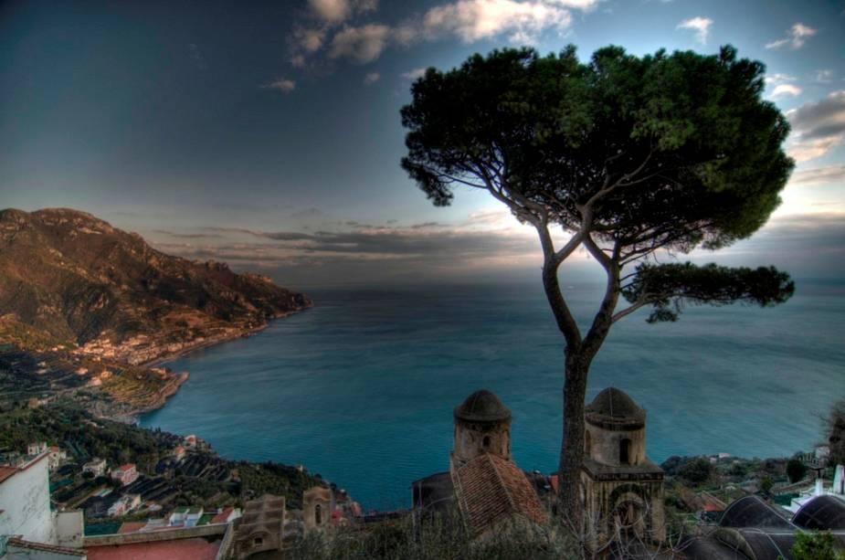 Ravello está localizado acima de Amalfi, na Costa Amalfitana, e é um destino seguro para quem procura um dia romântico.  Além de passear pelas ruas da comunidade, os passeios de barco são uma ótima alternativa para os casais.