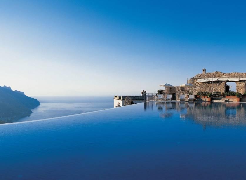 Piscina infinita do Hotel Caruso em Ravello na Costa Amalfitana.  O azul parece fundir-se com o mar Tirreno