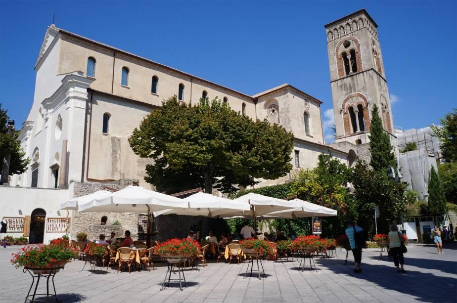 A igreja de pedra do Duomo de Ravello, construída em 1086, tem uma porta de bronze de 1179. A catedral, dedicada a Nossa Senhora, abriga um museu com peças religiosas