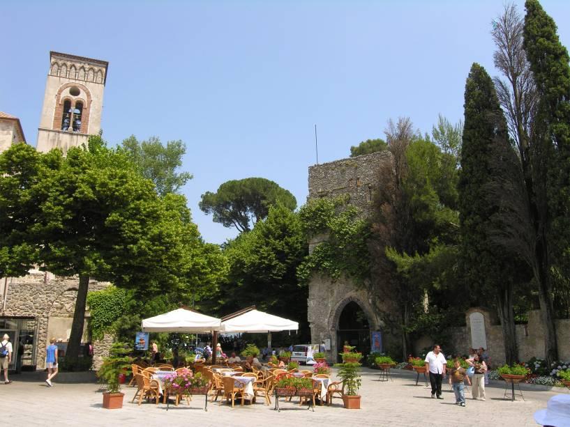 A praça central de Ravello tem um charme único em toda a Itália.  Bastam alguns passos para ver a impressionante Costa Amalfitana ao seu redor