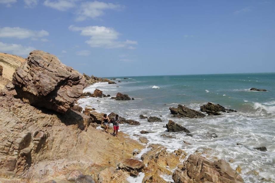 O acesso à Pedra Furada de carro não é possível.  Quem gosta de caminhar pode chegar de Jeri e passar pela Praia da Malhada na maré baixa.  Na maré alta, o caminho para o Morro do Serrote deve ser feito