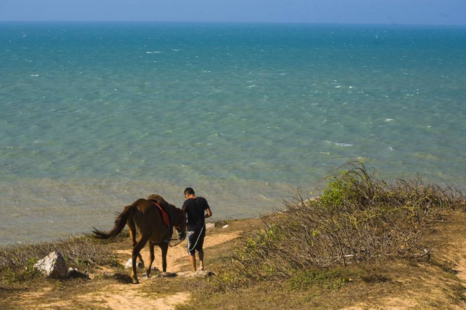 Turismo no Morro do Serrote na estrada para Pedra Furada, área com formações rochosas em Jericoacoara