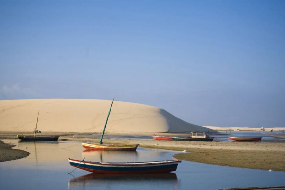 Entre as inúmeras dunas da praia de Jericoacoara, a Duna do Pôr do Sol leva esse nome porque atrai muitos turistas por volta das 17h para ver o sol se afastar da vila.