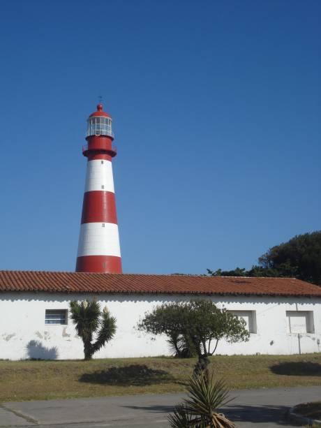 A luz do farol centenário de Punta Mangotes ainda guia os marinheiros à medida que se aproximam da costa.  Dentro há uma sala histórica
