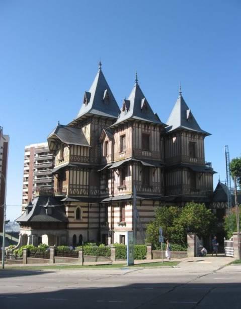 A villa abriga o Museu de Arte Juan Carlos Castagnino, que reúne mais de 450 obras de artistas argentinos