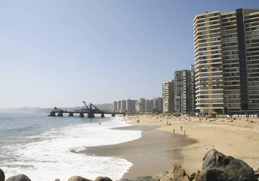 Viña del Mar, às margens do Oceano Pacífico, é o principal destino de verão dos moradores de Santiago