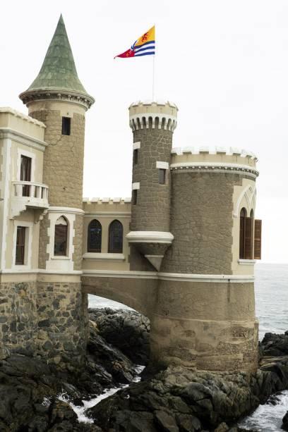 O palácio Brunet de estilo medieval, construído à beira-mar na década de 1920, foi declarado monumento histórico em Viña