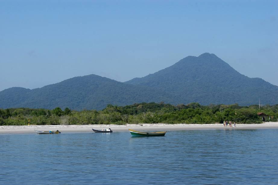 A Mata Atlântica ocupa 90% da ilha e, por isso, recebe diversos grupos de alunos para aulas práticas sobre meio ambiente.