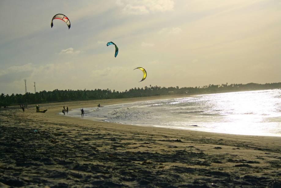 Os ventos constantes favorecem o kitesurf na cidade.  O spot é a Praia do Santo Cristo, que vende pipas no mar na alta temporada