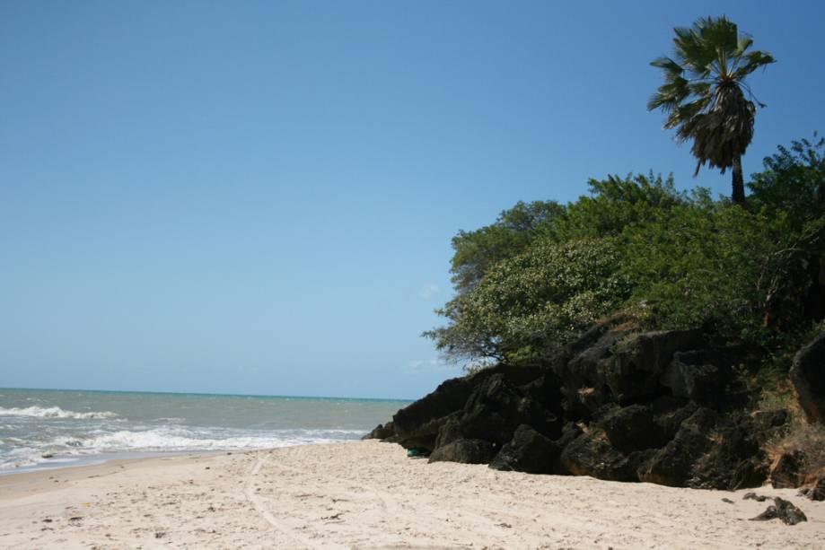 A mais bonita da região, a Praia de Tourinhos, é um semi-deserto com ondas fracas, areia fofa e falésias.