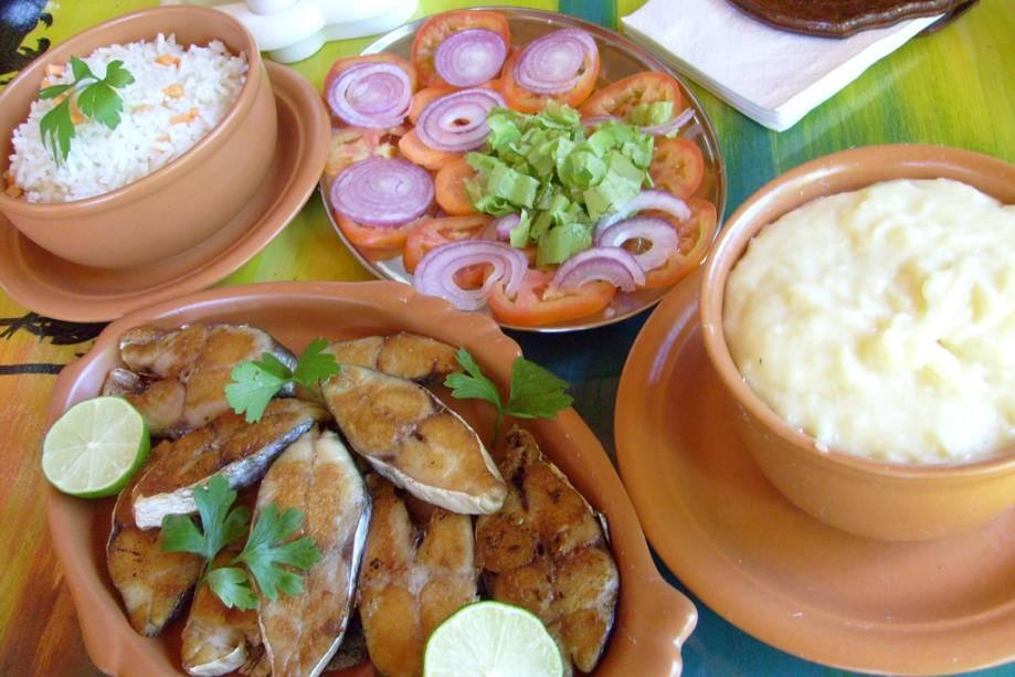 Peixe frito, arroz, salada de tomate e puré de batata, servidos na Pousada Casa de Taipa
