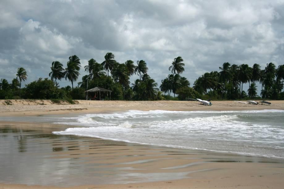 """Quando a maré sobe na Praia de Tourinhos, jatos de água espirram dos recifes de coral em alto mar, os chamados """"A baleia suspira"""""""