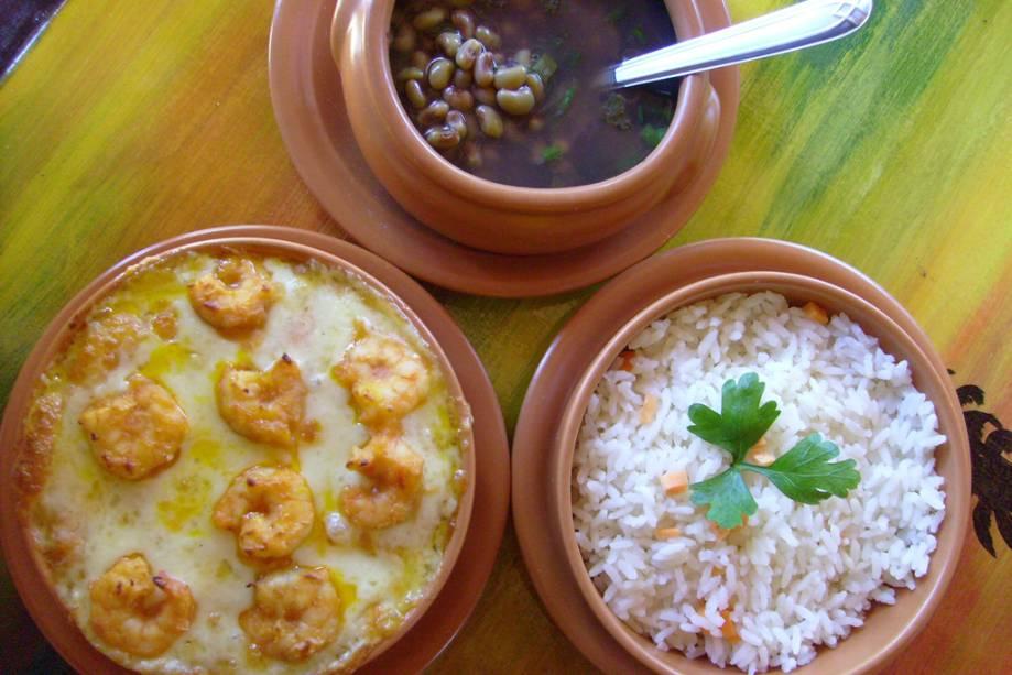 Camarão, feijão e arroz, servidos na Pousada Casa de Taipa