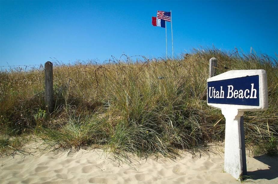 Hoje, Utah Beach exibe as bandeiras americana e francesa em referência à invasão de soldados americanos no Dia D.