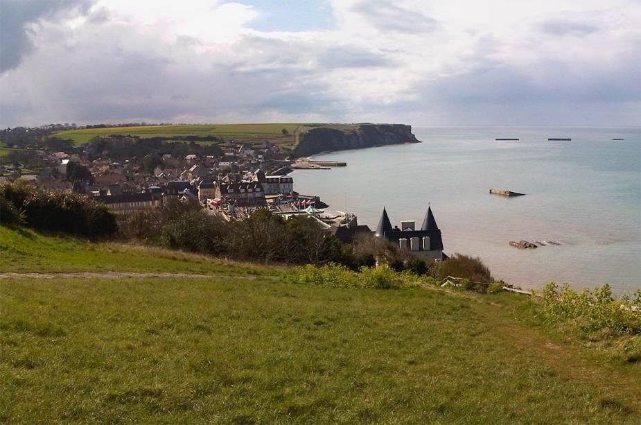 Cidade de Arromanches na costa da Normandia - onde o Museu do desembarque do Dia D está localizado hoje