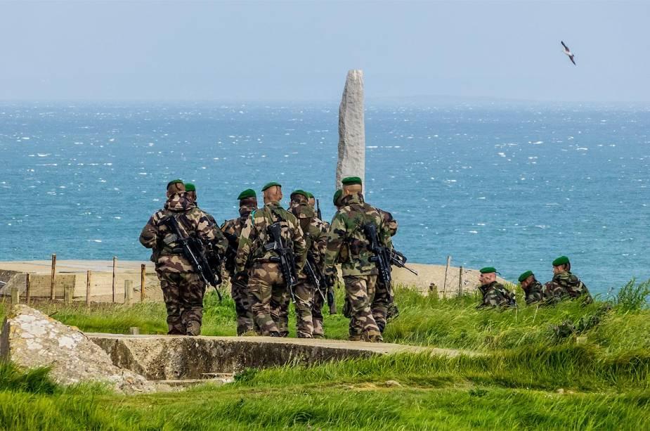 Soldados franceses visitam o memorial do Dia D