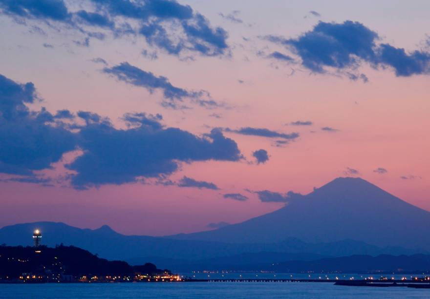 A Ilha Enoshima (à esquerda) na Baía de Sagami, onde Kamakura está localizada, é um destino popular de verão para residentes da área metropolitana de Tóquio, que têm excelentes vistas do Monte Fuji daqui