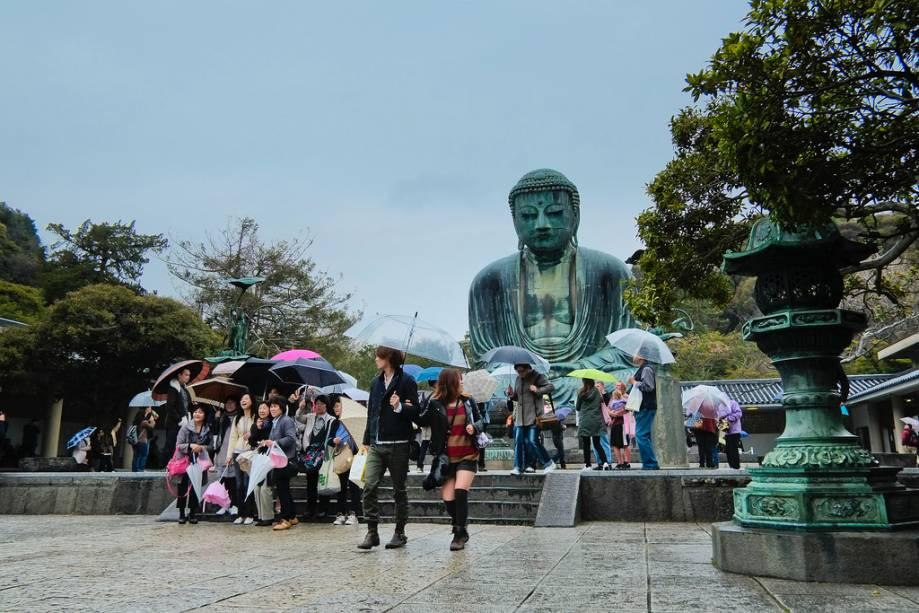 """a <strong>Grande Buda de Kamakura</strong> é uma das principais atrações perto de Yokohama e a uma curta distância de Tóquio.  A imagem em bronze fundido é o ponto focal de quem visita a cidade, a capital virtual do Japão na época da família Shamun Minamoto."""" class=""""lazyload"""" data-pin-nopin=""""true""""/></div> <p class="""