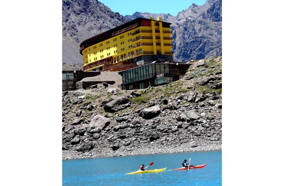 É um erro pensar que o balneário de Portillo, no Chile, só pode ser visitado no inverno e durante a temporada de esqui.  No verão é possível  as paisagens naturais do local e praticar esportes como a canoagem.