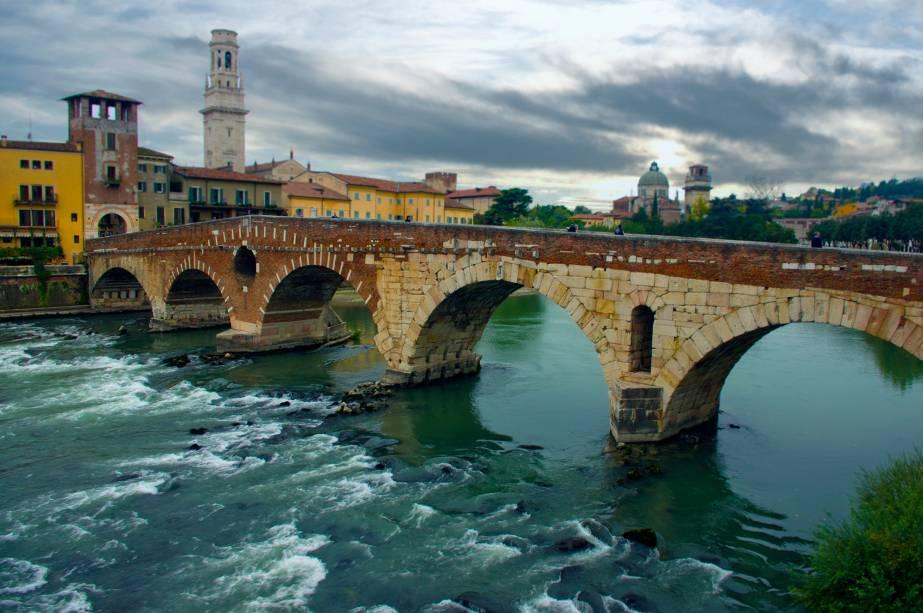 A Ponte Pietra de Verona é o cartão postal da cidade italiana