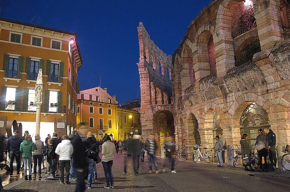Graças à sua acústica, a Arena de Verona é uma excelente sala de concertos, prática iniciada em 1913