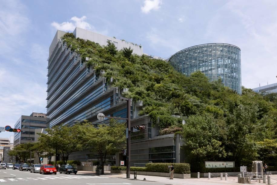 Inaugurado na década de 1990, o edifício ACROS no centro de Fukuoka foi construído usando conceitos sustentáveis de iluminação, ventilação e uso adequado do solo.
