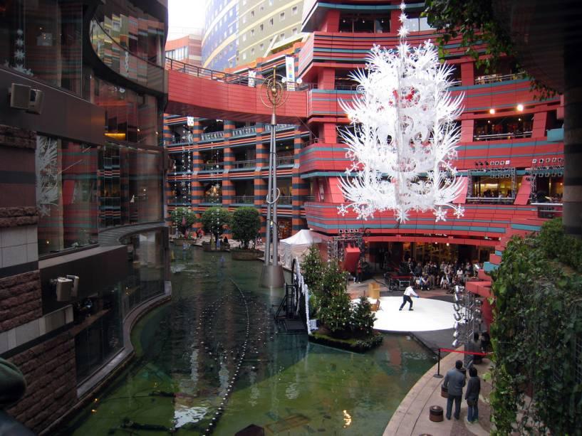 Canal City em Fukuoka é um grande complexo que reúne hotéis, shoppings, teatros e cinemas