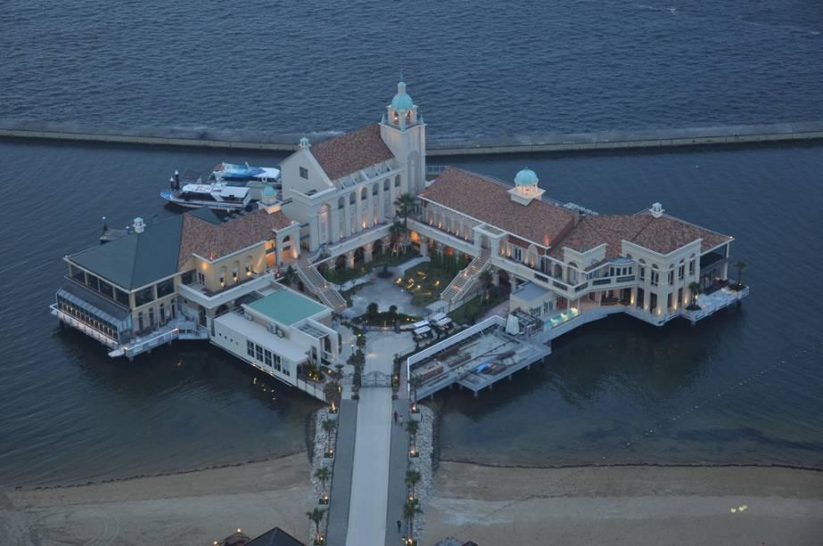 O Momochi Seaside Pier em Fukuoka abriga alguns restaurantes e cafés aos pés da Torre de Fukuoka