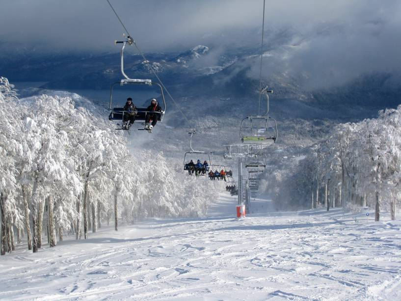 São 5,3 quilômetros de trilhas com 11 elevações que podem transportar até 18 mil esquiadores por hora