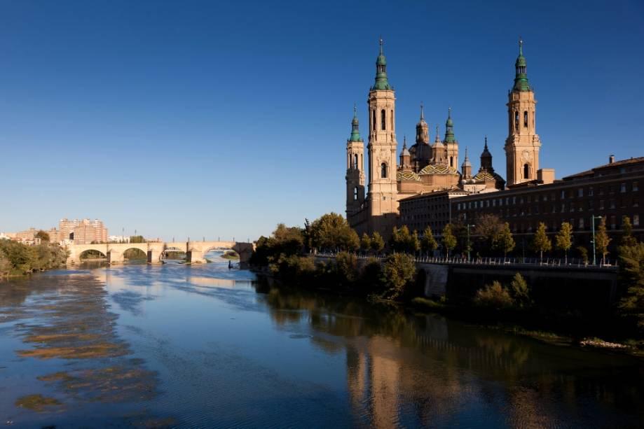 A Basílica de Nossa Senhora do Pilar, junto ao rio Ebro, é considerada uma das mais importantes igrejas cristãs dedicadas à Virgem.  As formas barrocas atuais ganharam corpo no século XVII.  Bombas foram lançadas sobre a cidade durante a Guerra Civil Espanhola, mas as que caíram sobre a igreja não explodiram, fortalecendo ainda mais a fé mariana.