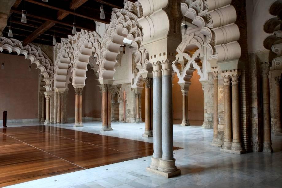 O Aljafería foi construído em um estilo mudéjar distinto, com seus pilares e arcos distintos.  Após ser assumido por Alfonso I no século 11, o palácio tornou-se a sede do Reino de Aragão