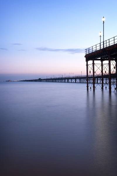 Southend-on-Sea Pier no condado de Essex, Inglaterra, o maior cais do mundo