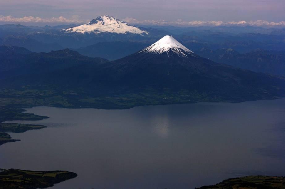 Vista aérea do Cerro Tronador na fronteira entre Chile e Argentina e do vulcão Osorno