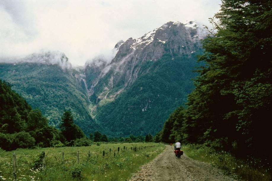 As ciclovias são muito populares nos mares andinos.  Isso entre Peulla e Puerto Blest oferece vistas magníficas das montanhas e florestas que o cercam.