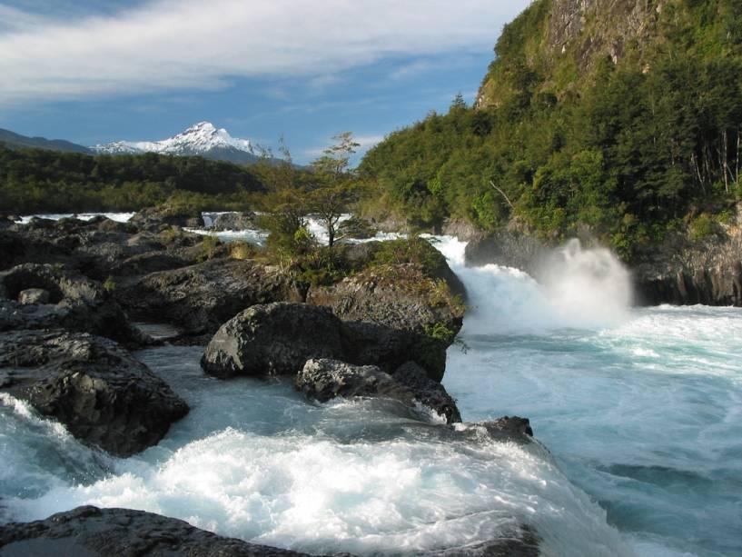 Cachoeiras do rio Petrohué perto de Peulla, uma das paradas que cruzam os lagos andinos