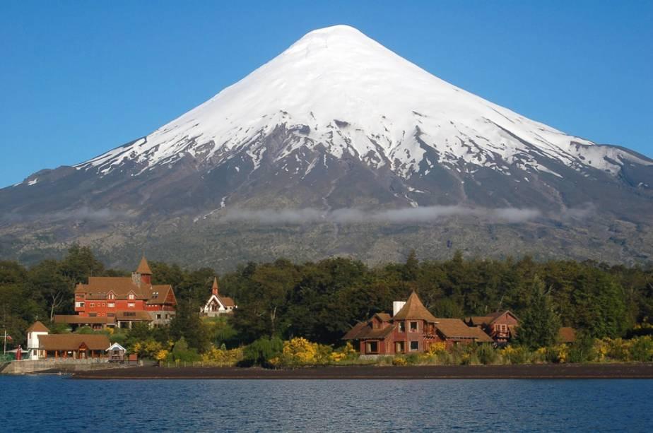 O vulcão Osorno, cujo cume está constantemente coberto de neve, é visível de vários pontos da região dos lagos.  O gigante de 2.661 metros de altura abriga uma área de esqui com 12 pistas