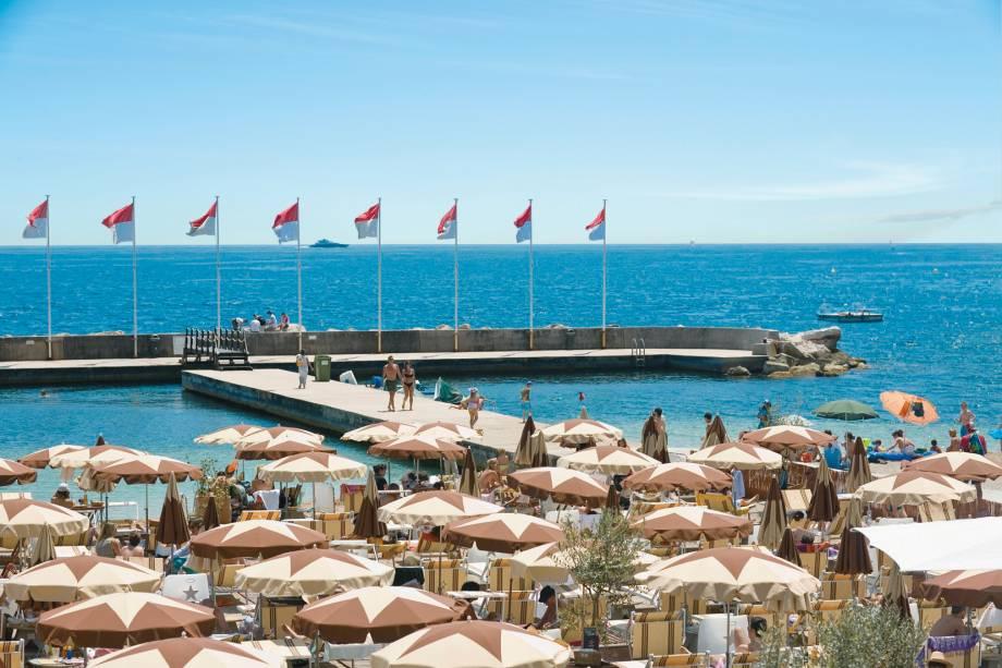 O Mediterrâneo de Mônaco, onde guarda-chuvas também desempenham o papel principal